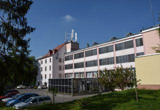 Fotowoltaiczne zadaszenie wjazdu karetek dla izby przyjęć oraz fotowoltaiczne zadaszenie nad oknami II i III kondygnacji południowej elewacji szpitala realizowane w ramach zadania.